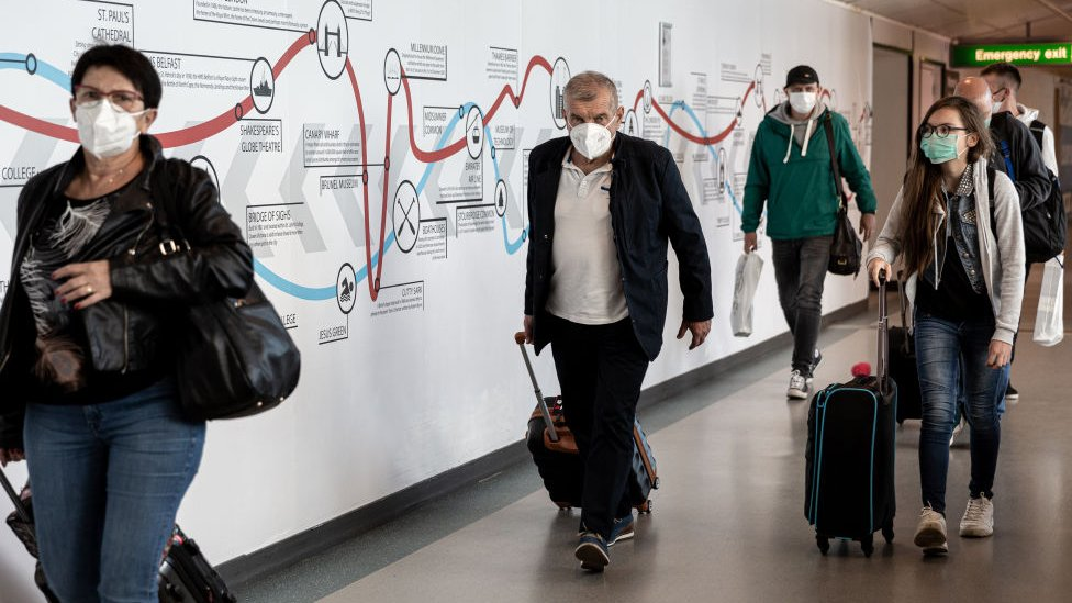 Personas regresando a casa en el aeropuerto de Heathrow en Londres.