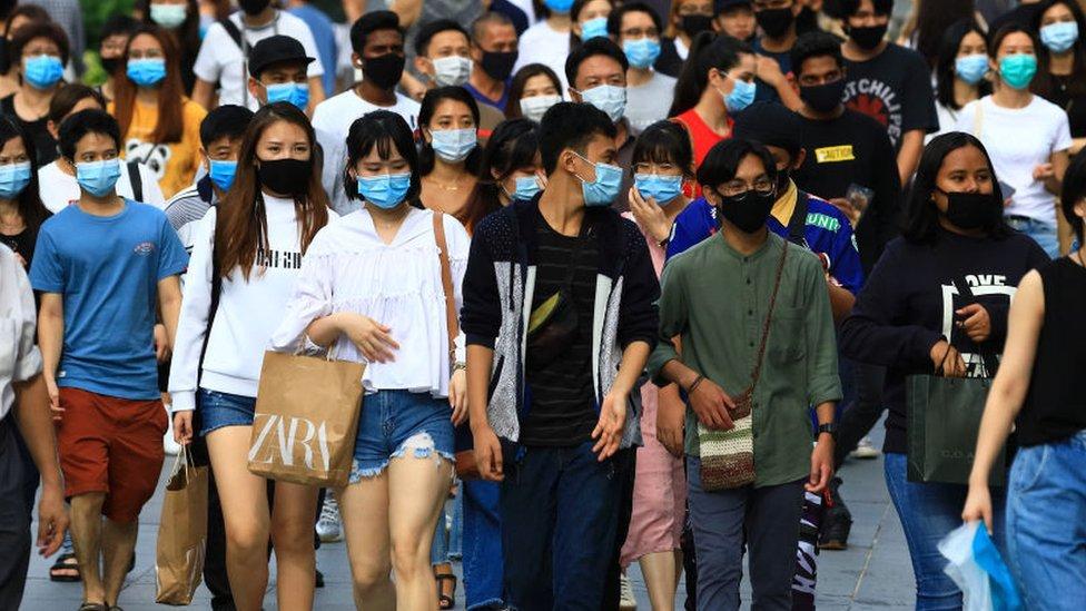 Gente en la calle en Singapur.