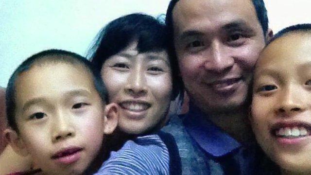 Yuan Shanshan and Xie Yanyi 'selfie' with 2 of their 3 children