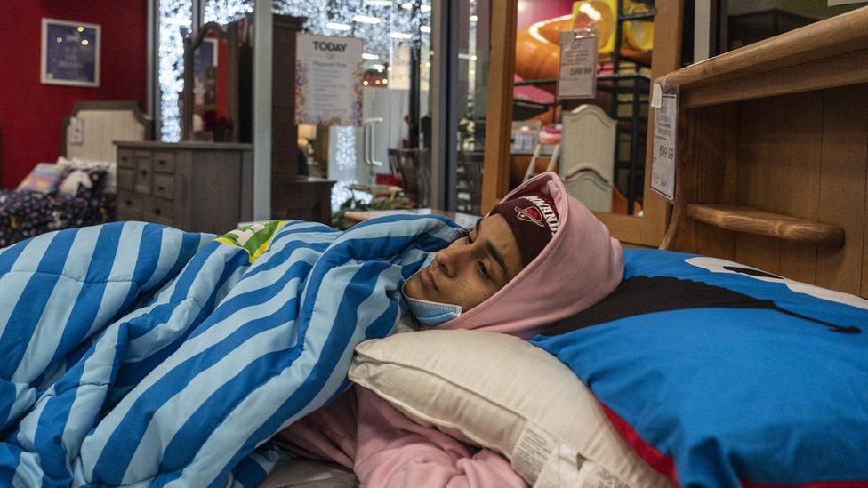 Evlerinde elektrik kesintisi yaşayan Teksaslılar ısınmak için dükkanlara sığındı.