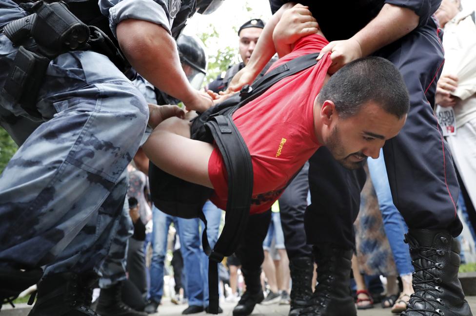 Detention of protester, 12 Jun 19