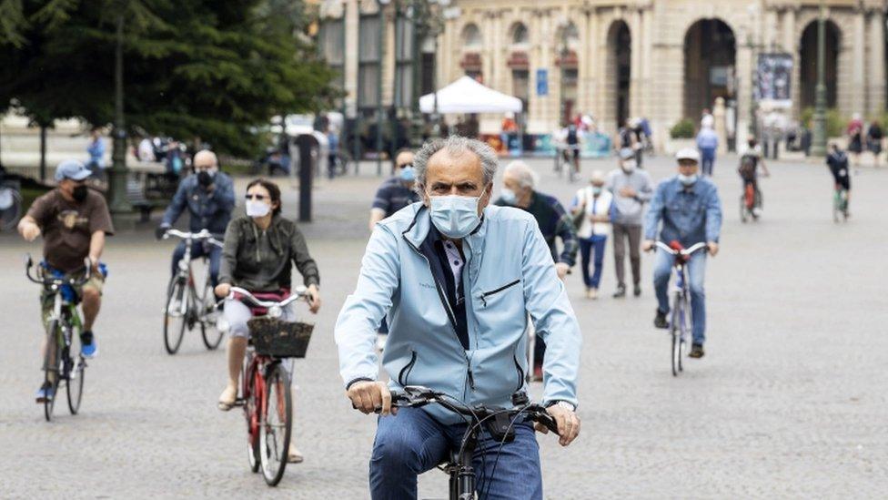 Ljudi voze bicikle u Veroni