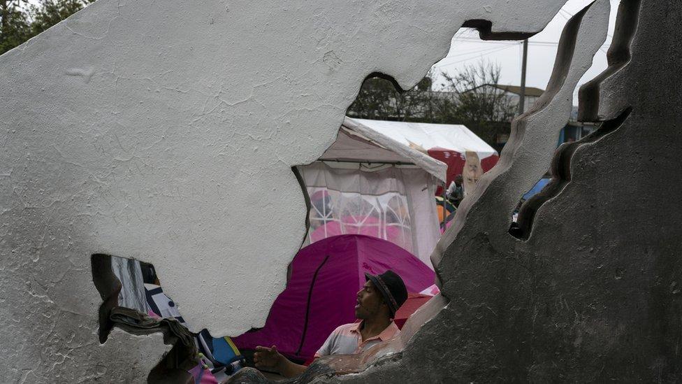 NO USAR, CONTENIDO BBC. Migrante en un campamento para personas deportadas cerca de la frontera entre México y EE.UU.