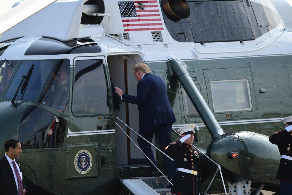 Tramp ulazi u helikopter