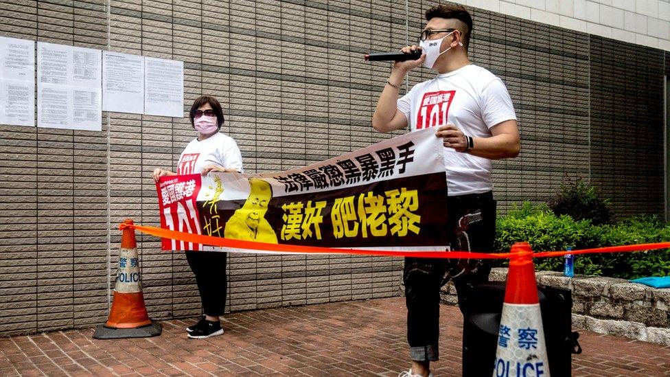 兩名親政府團體成員在香港西九龍裁判法院外抗議要求嚴懲黎智英(3/9/2020)