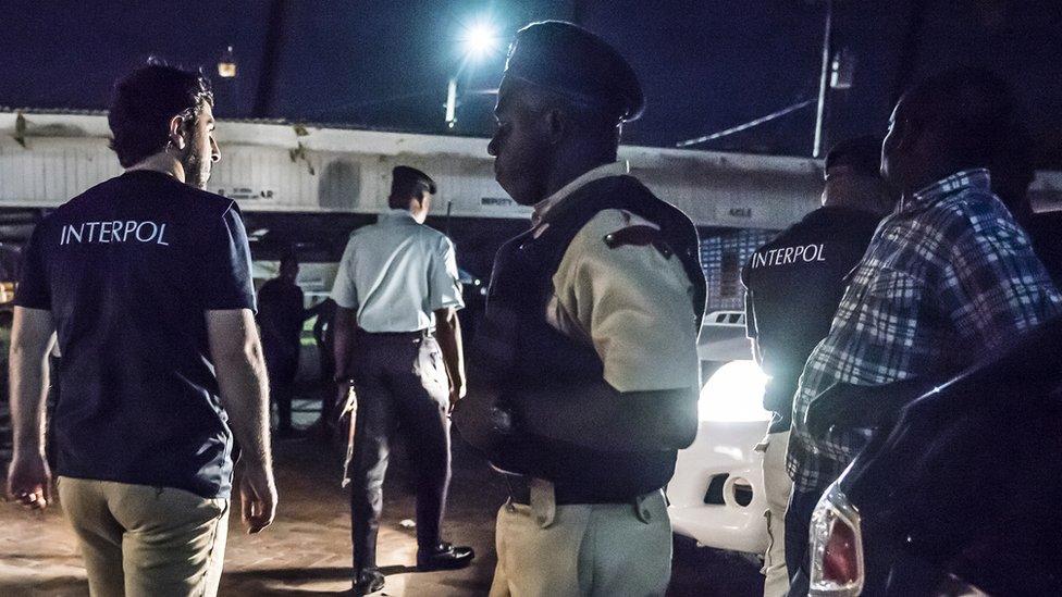 Agentes de la Interpol y la policía local conducen redadas en clubes nocturnos en Georgetown, Guyana.