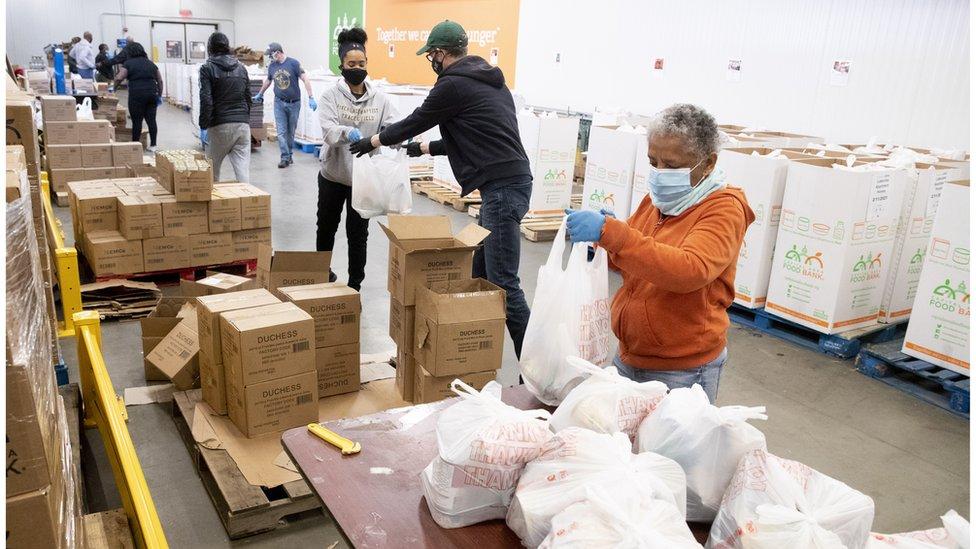 Voluntarios en un banco de alimentos.
