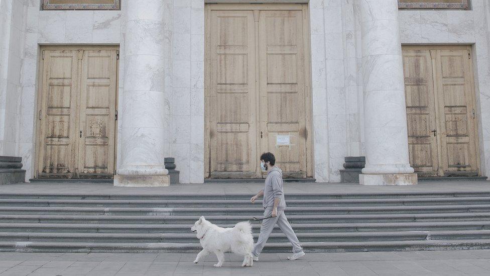 Neki su našli vremena da prošetaju u kućnog ljubimca ispred Hrama Svetog Save