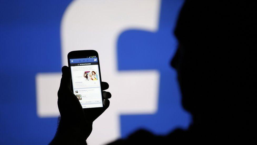 Usuário navega no Facebook
