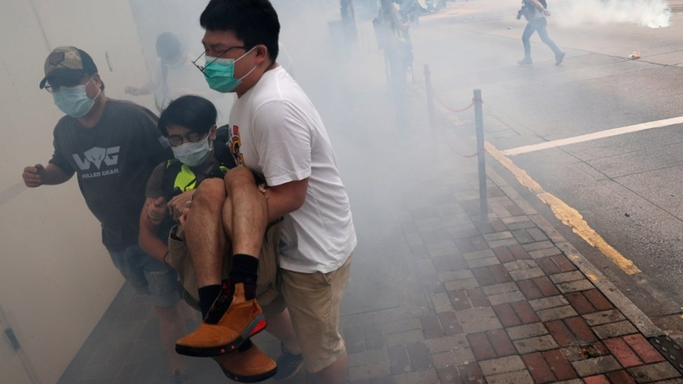 ရဲတွေက မျက်ရည်ယိုဗုံးနဲ့ တားဆီးတာကို ဆန္ဒပြသူတွေက ရှောင်ပြေး