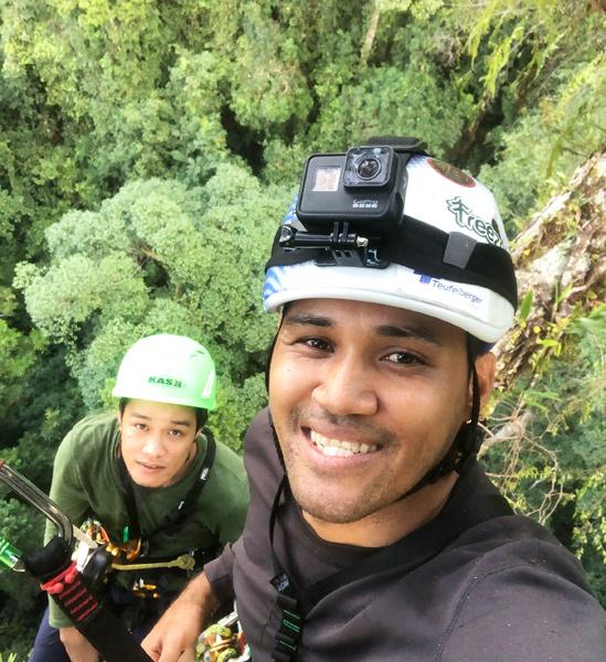 Unding Jami y un colega escalando Menara