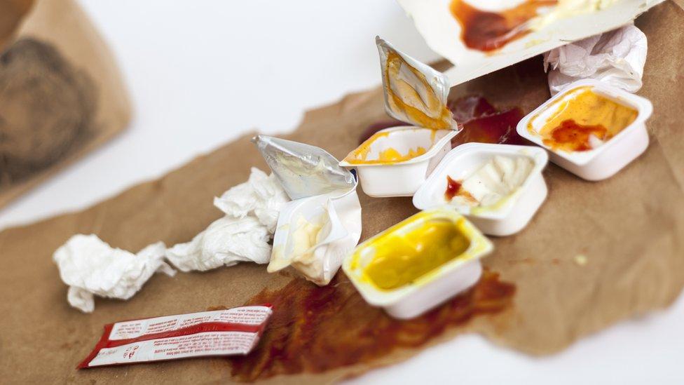 Paquetitos individuales de salsas