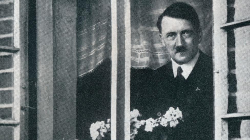 Hitler mirando por una ventana