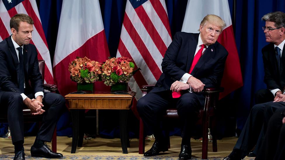 Donald Trump escucha a su traductor durante un encuentro con su par francés Emmanuel Macron