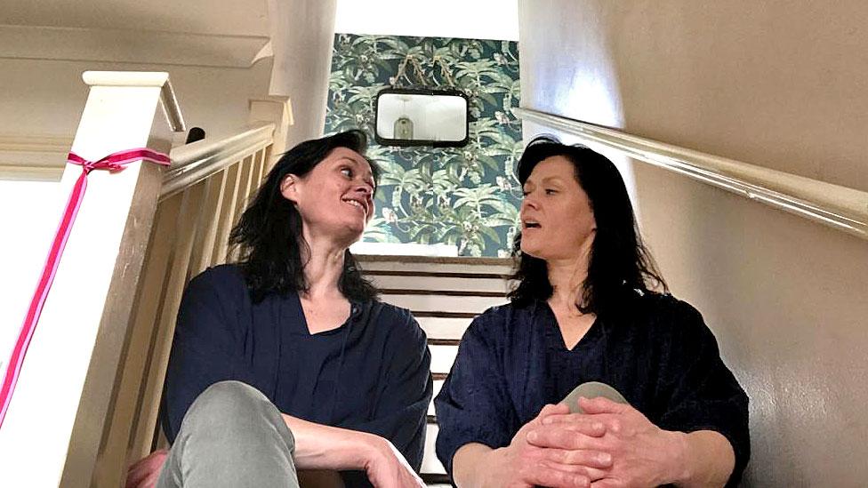 Kate Walsh memiliki kata untuk dirinya sendiri duduk di tangga (montase)