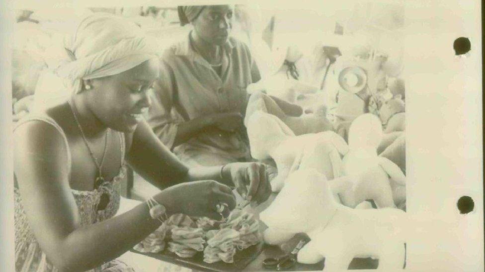 Mujeres haciendo animales de peluche.
