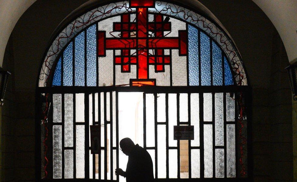 La Cruz de Jerusalén a la entrada de un convento franciscano en Jerusalén 14 de marzo de 2018