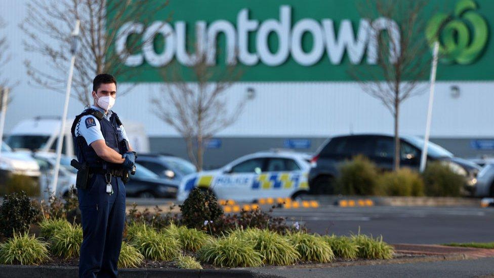 policajac ispred tržnog centra
