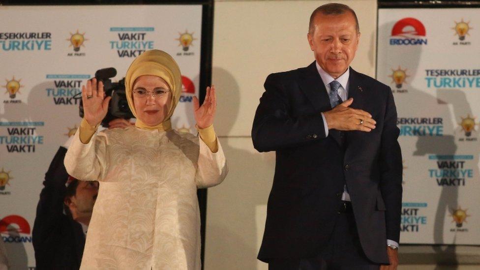 Presednik Erdogan i njegova supruga Emina u izbornom štabu vladajuće partije