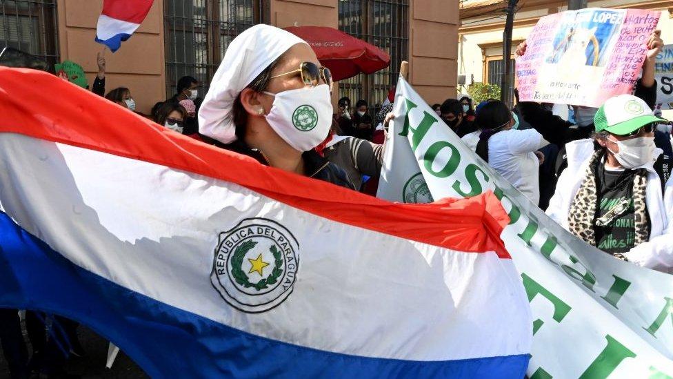 Personal sanitario protestando en Paraguay.