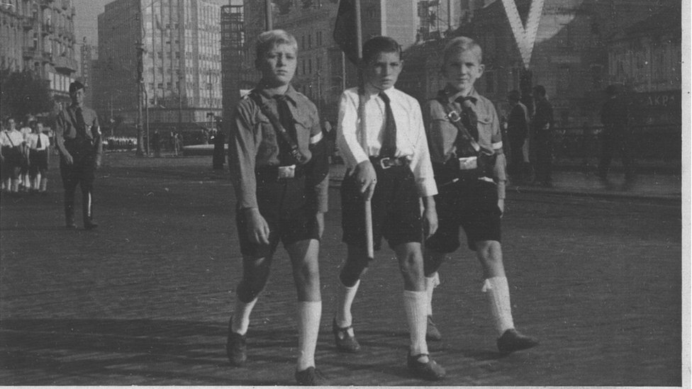 Defile nemačke omladine pored obešenih na Terazijama