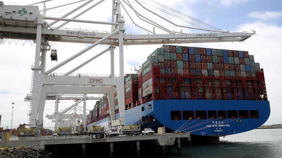Trump intenta bajar el déficit comercial con la imposición de aranceles.