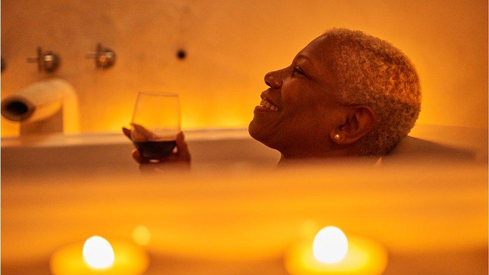 Mujer en el baño.