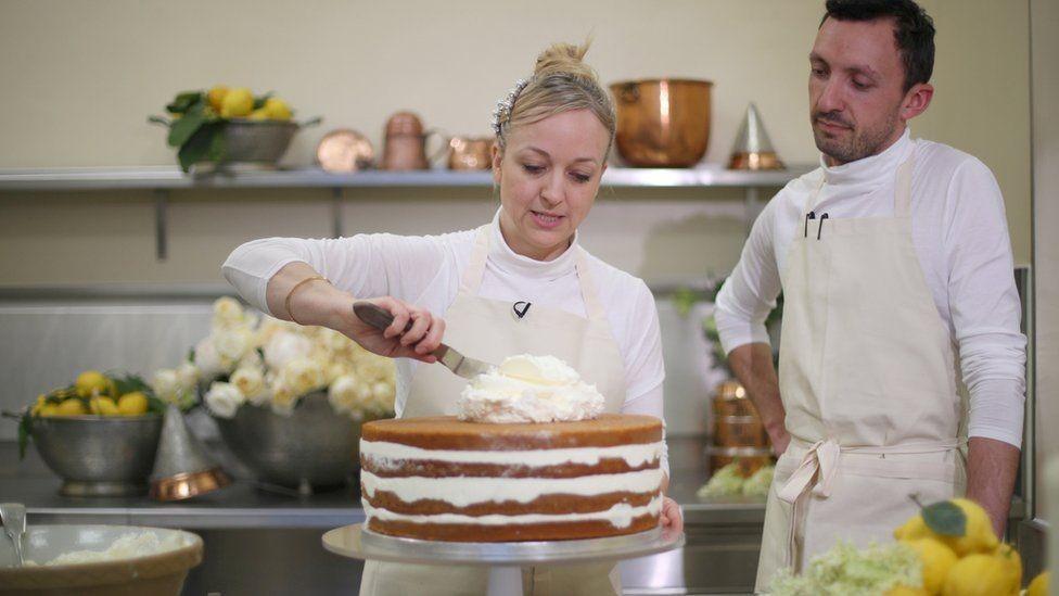 كلير بتاك تضع اللمسات الأخيرة لكعكة العرس