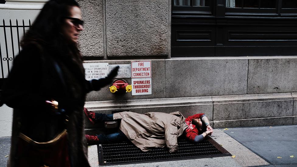 Žena pored beskućnika u Njujorku