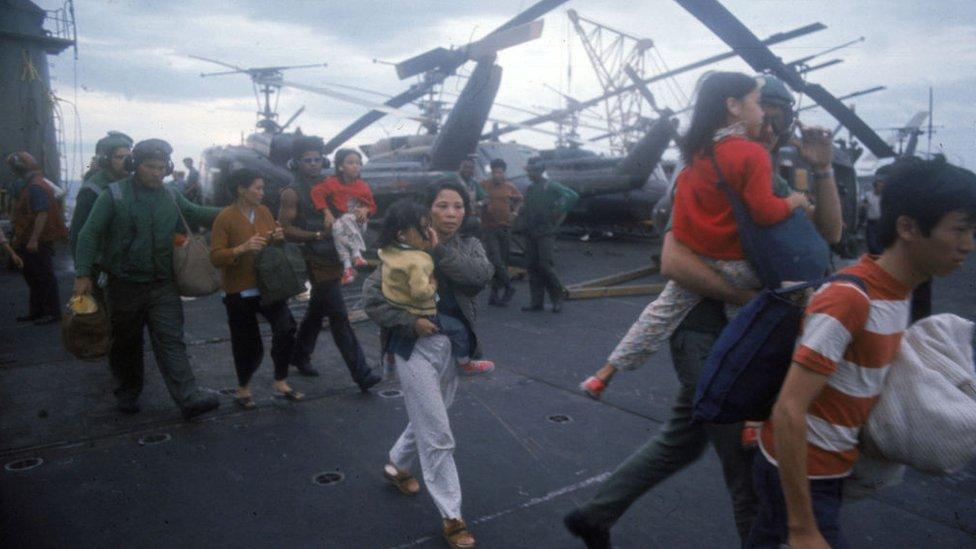 Refugiados vietnamitas a bordo de un barco de la Marina de Estados Unidos, antes de la caída de Saigón