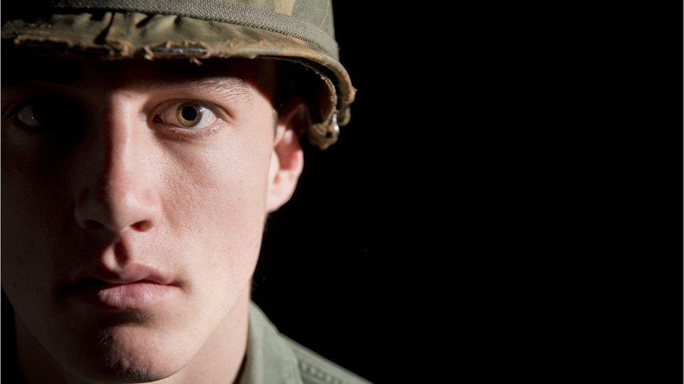Soldado mirando a la cámara con cara muy seria