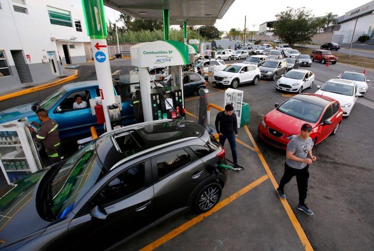 Filas de autos en una gasolinera