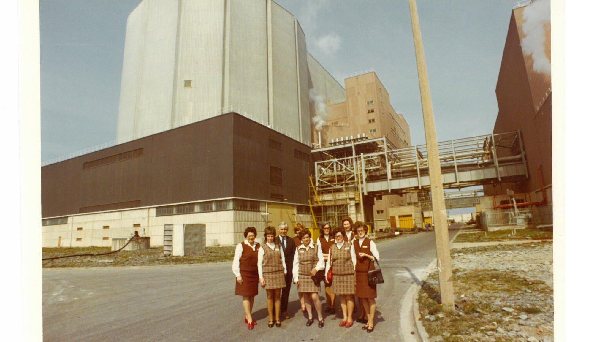 Rhai o'r staff yn nyddiau cynnar y safle / staff members in the early days of the power station
