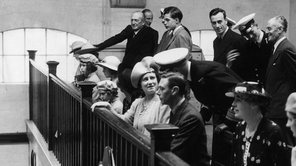 Bu fotoğrafın, Prenses Elizabeth (soldan üçüncü) ile o dönem bahriyeli olan Yunanistan ve Danimarka Prensi Philip'in (arkada beyaz kepiyle) birlikte görüldüğü ilk fotoğraf olduğuna inanılıyor. Bu fotoğraf, 23 Temmuz 1939'da Dartmouth'taki Kraliyet Deniz Harp Okulu'nu ziyaret sırasında çekildi.