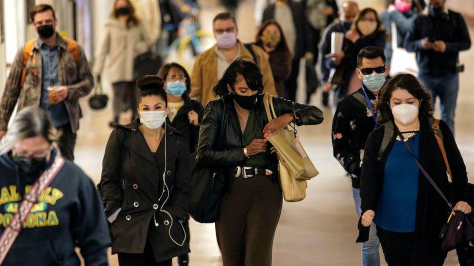 Komuter yang mengenakan masker di Los Angeles pada bulan November