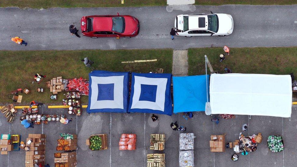 Vista aérea de un reparto de alimentos