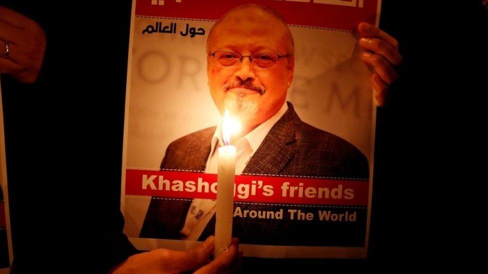 Poster demonstran dengan foto wartawan Saudi, Jamal Khashoggi, di luar konsulat Saudi di Istanbul, Turki, pada 25 Oktober, 2018.