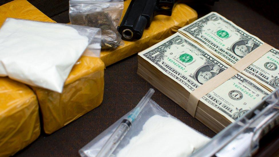 Bolsas de cocaína con fajos de dinero