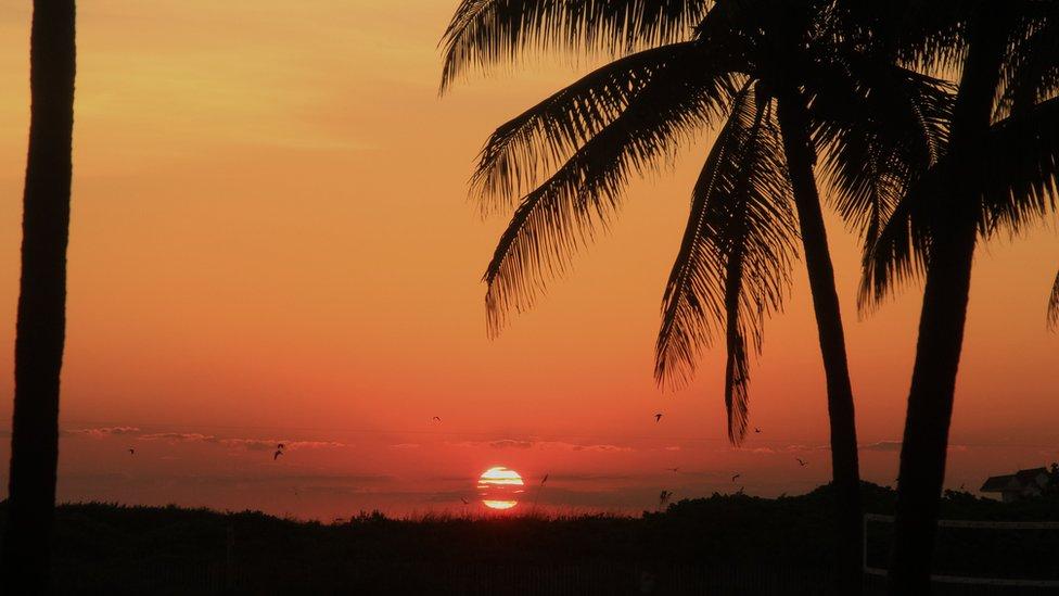 Paisaje de Miami con el sol de fondo.