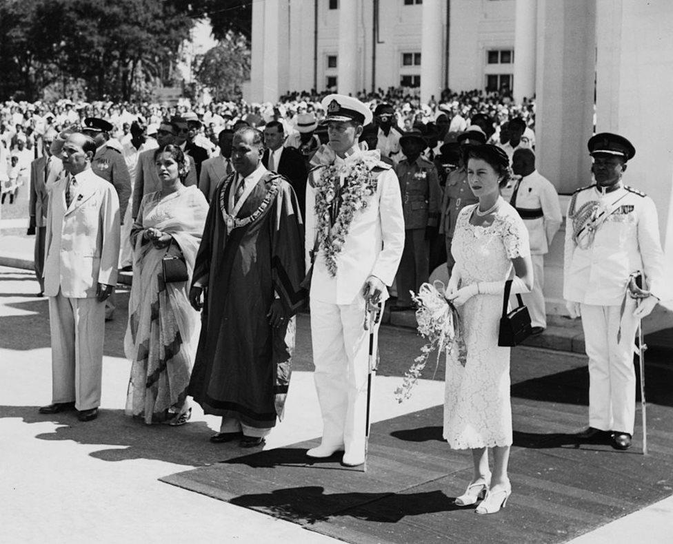 الزوجان يقفان مع رئيس بلدية كولومبو في المستعمرة البريطانية السابقة سريلانكا في أبريل/نيسان 1954