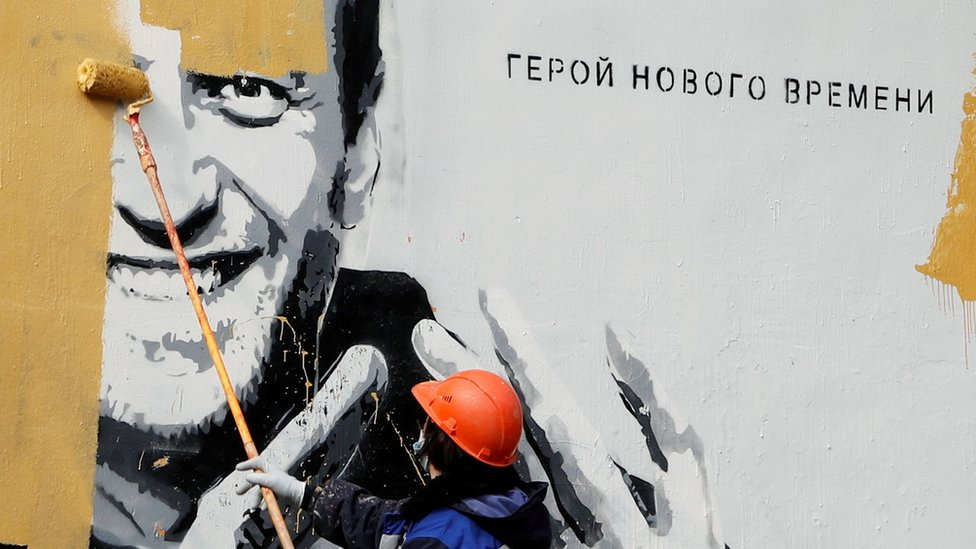 Kommunalьnый rabotnik zakrašivaet graffiti s Navalьnыm v Sankt-Peterburge