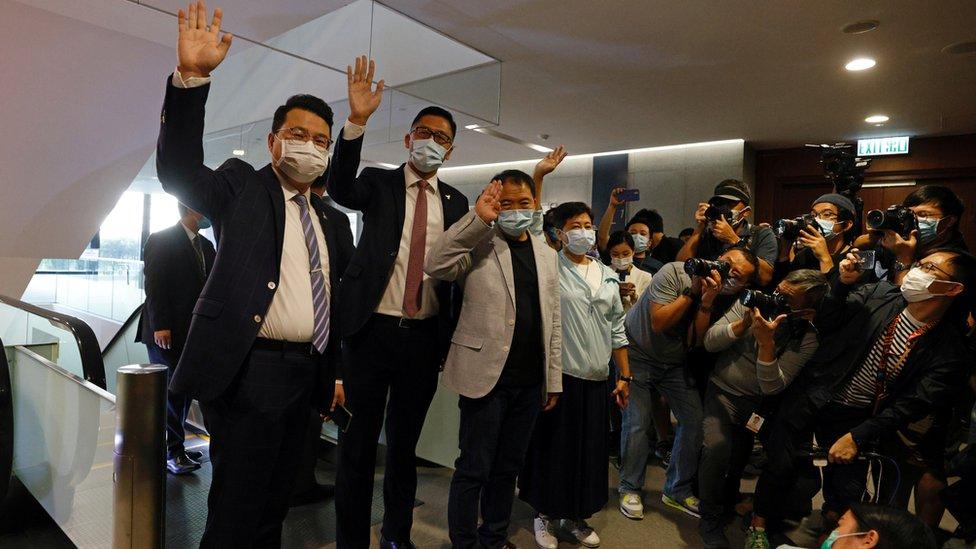 香港民主黨立法會議員向媒體記者揮手道別(12/11/2020)