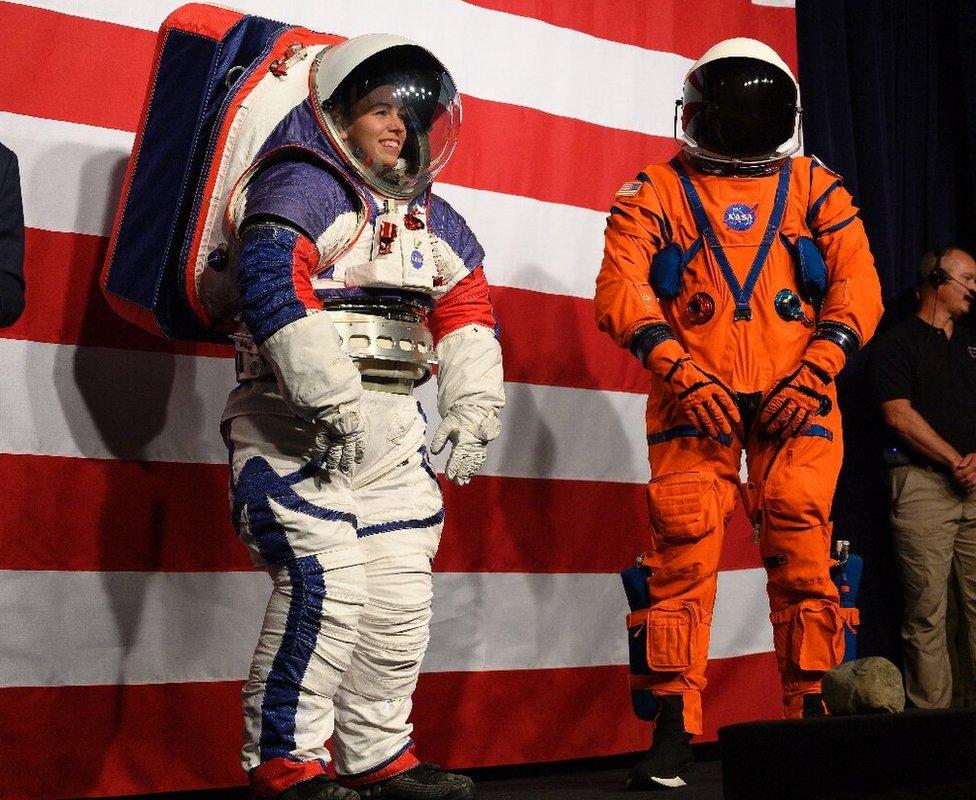"""""""艙外探索機動裝置""""(xEMU,左 )和""""獵戶座飛船生存服""""(Orion Crew Survival Suit)"""