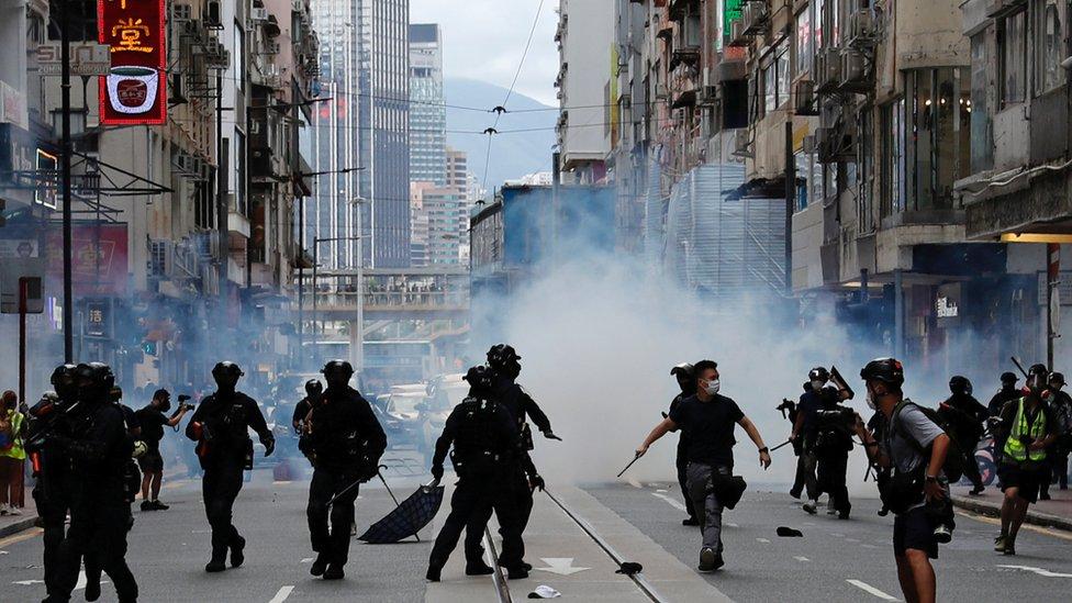 7月1日香港主權移交紀念日,大批市民上街抗議港區《國安法》,演變成警民衝突。