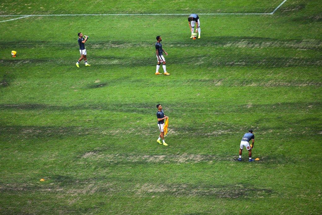 Los futbolistas y entrenadores que juegan como local en el Estadio Azteca se han quejado de las condiciones de la cancha.