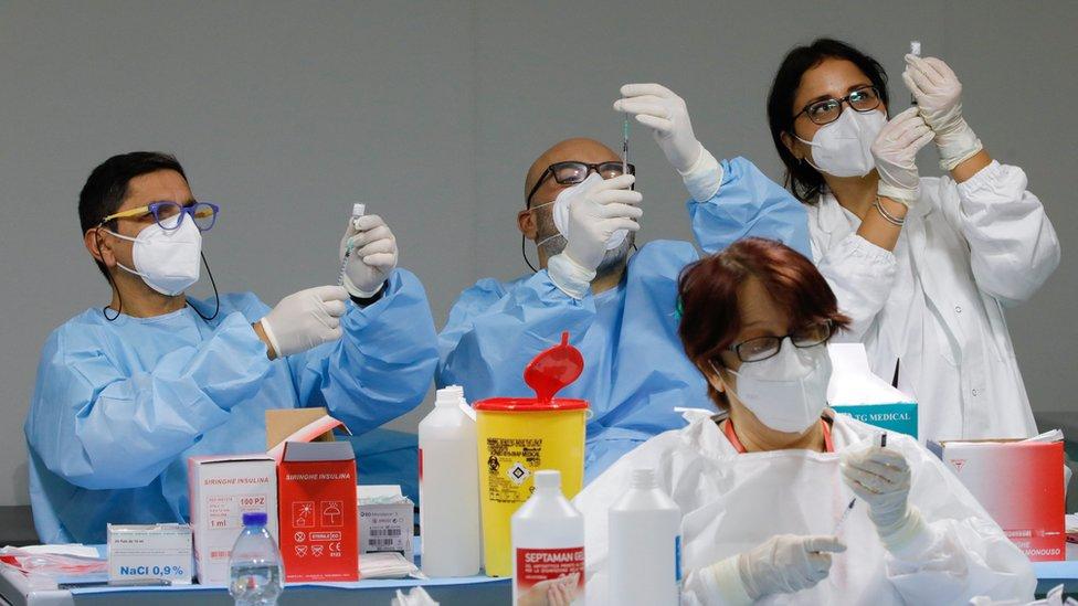 2021年1月8日,意大利那不勒斯的冠狀病毒病疫苗接種中心,醫務工作人員在凖備Pfizer-BioNTech COVID-19疫苗。