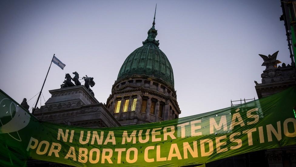 """Pancarta en Argentinca que dice """"Ni una muerte más por aborto clandestino"""""""