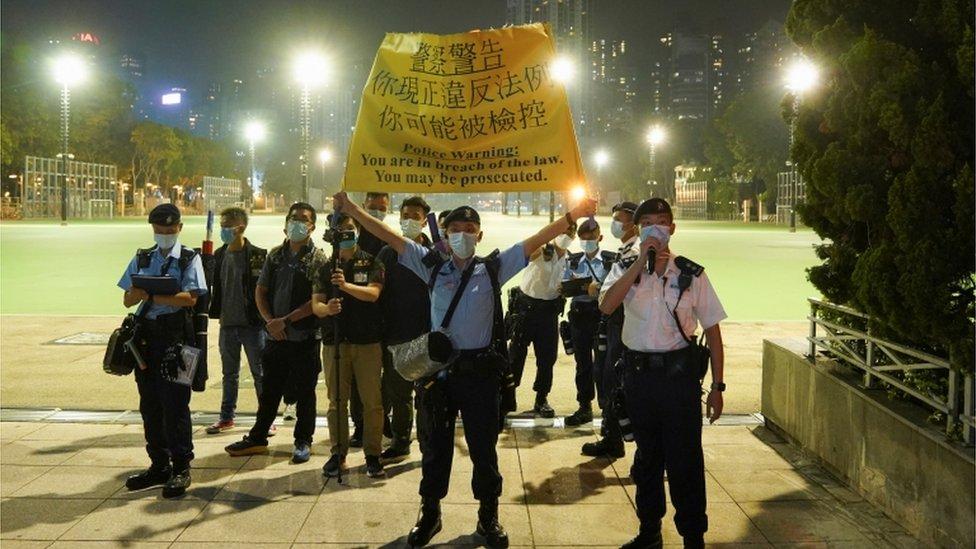 Autoridades en el parque Victoria de Hong Kong