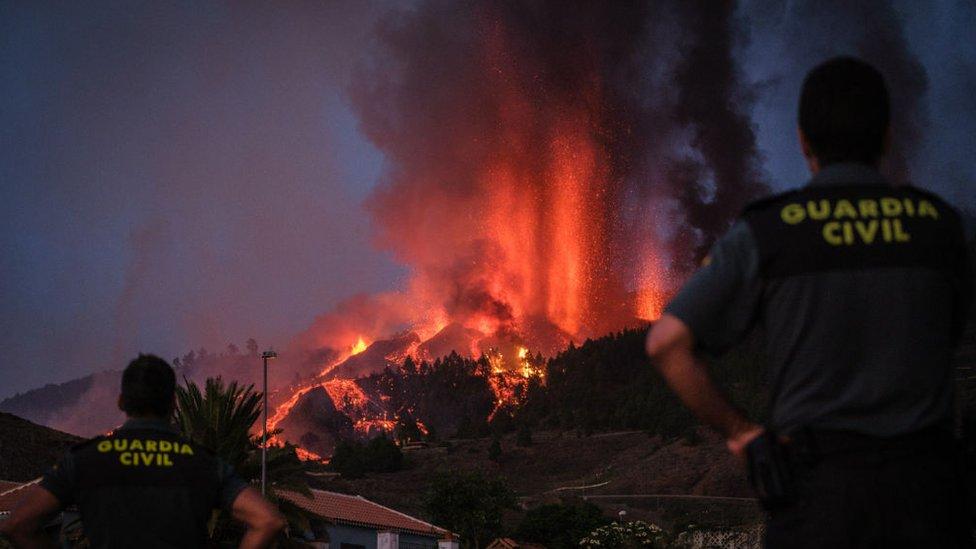 Miembros de la Guardia Civil en las Islas Canarias observan la erupción del volcán Cumbre Vieja.