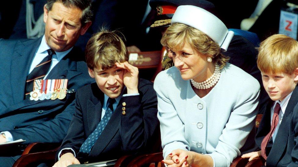 (左至右)查爾斯王子、威廉王子、戴安娜王妃與哈里王子在倫敦海德公園出席二戰歐洲勝利日活動(8/5/1995)